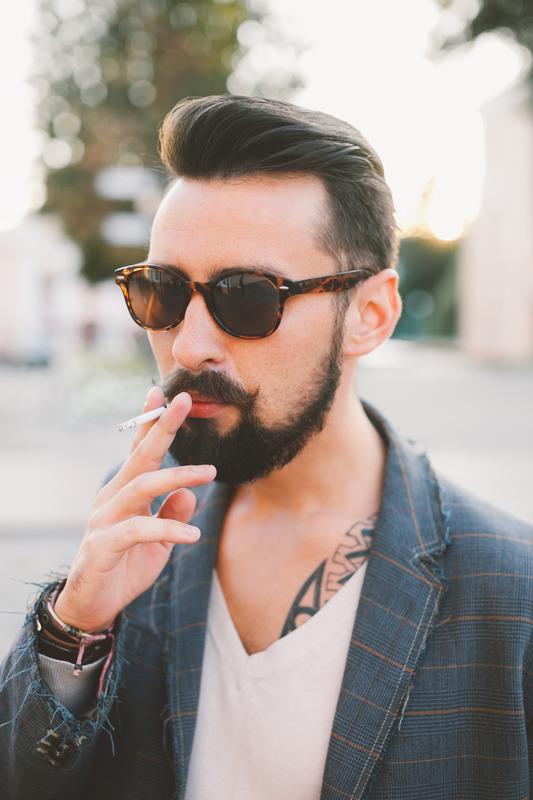 Tupakkaa polttava mies